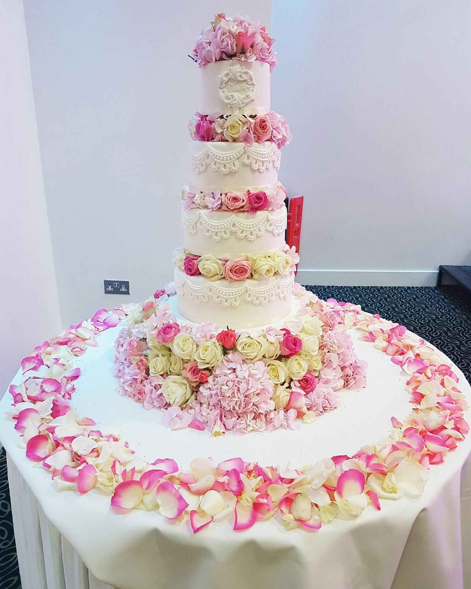 Fresh Flower Deep Flower Base Wedding Cake